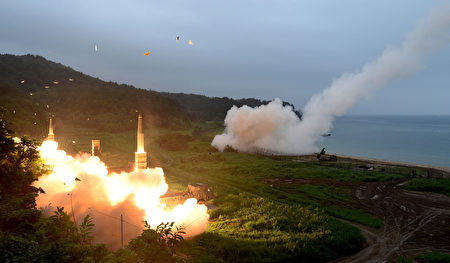 在美朝緊張局勢暫時降溫後,各界期待雙方通過外交途徑解決問題。然而,美朝之間外交祕密管道的對話,進展極為有限。圖為美韓聯合軍演。(South Korean Defense Ministry via Getty Images)