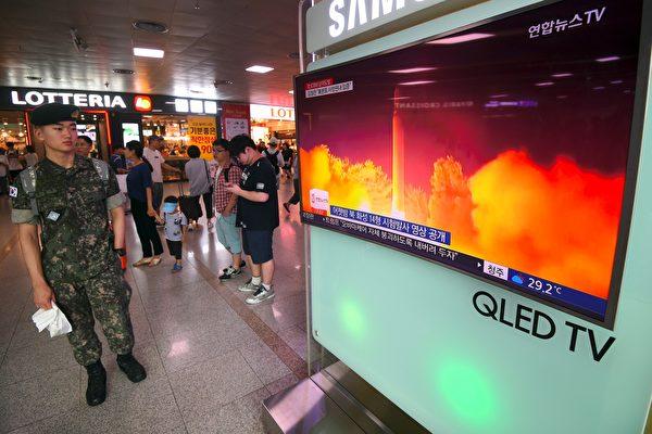 為敦促北京加大對朝鮮施壓的力度,美國民主黨聯邦參議員星期二(8月1日)呼籲總統川普(特朗普)運用權力,阻止中國企業到美國投資。(JUNG YEON-JE/AFP/Getty Images)