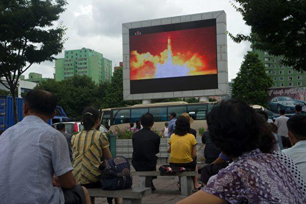 朝鮮七月份兩次試射遠程導彈,展現核武野心,專家認為,不僅日本,韓國及台灣也應擁有核武,以威懾中共及朝鮮入侵野心,有助東亞地區的安定。(KIM WON-JIN/AFP/Getty Images)