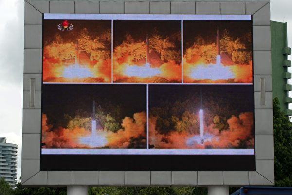 川普(特朗普)星期二警告朝鮮不要做出任何新的挑釁,數小時後,朝鮮揚言考慮以中長程彈道導彈攻擊關島地區。(KIM WON-JIN/AFP/Getty Images)
