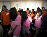 本月中旬金邊警方突擊一棟公寓,拘捕涉嫌電信詐騙的225名中國公民,近期內將予以遣返。圖為七月底,印度尼西亞拘捕涉嫌網絡詐騙的中國公民。(STR/AFP/Getty Images)