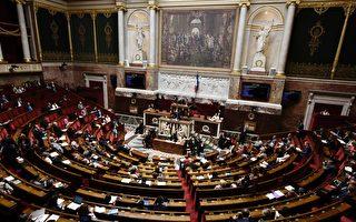 """8月3日,法国国民议会以绝大多数赞成票决定性地通过了""""对政治生活重建信任""""普通法法案,即日生效。其中包括禁止议员雇佣近亲做助理和以新的机制代替议员开支补助金。图为法国国会议会厅。(PHILIPPE LOPEZ/AFP/Getty Images)"""