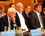 8月2日,德國政府和各大車商舉行柴油車峰會,討論柴油車的未來。圖為三大車商的總裁,從右到左分別是:寶馬集團執行長克魯格(Harald Krueger),奔馳總裁蔡澈(Dieter Zetsche)和大眾集團總裁穆勒(Matthias Mueller)。(AXEL SCHMIDT/AFP/Getty Images)