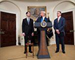 8月2日,川普總統與阿肯色州共和黨參議員柯頓(Tom Cotton,左),喬治亞州共和黨參議員普度(David Perdue,右)聯合推動移民改革法案。(JIM WATSON/AFP/Getty Images)