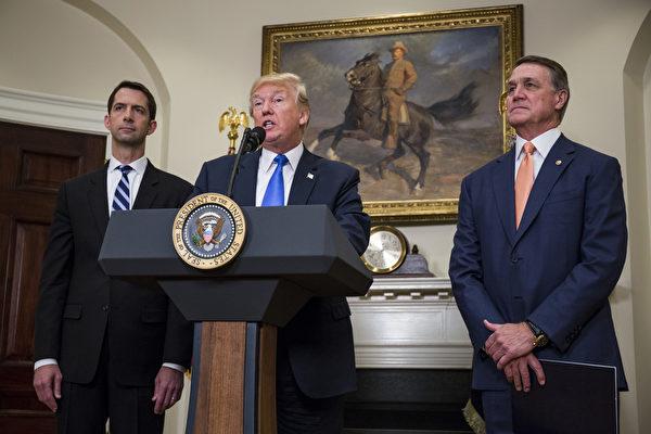 """美国总统川普(特朗普)星期三(8月2日)上午在白宫,和两名共和党参议员宣布移民改革法案,采""""择优""""(merit-based system)制,未来十年大砍绿卡发放数量。(Zach Gibson - Pool/Getty Images)"""