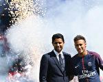 8月5日,內馬爾(右)在巴黎聖日耳爾曼的賽季首場比賽前在王子公園體育場與球迷見面。左邊是PSG主席Nasser Al-Khelaifi。  (ALAIN JOCARD/AFP/Getty Images)