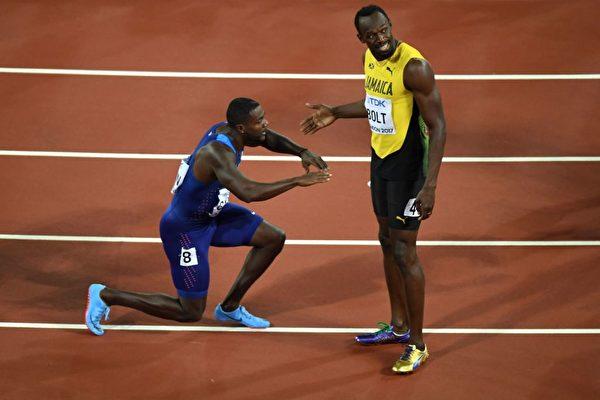 美國短跑老將加特林(Justin Gatlin)在5日倫敦田徑世界錦標賽男子百米決賽中奪冠後向牙買加選手博爾特 (Usain Bolt)跪拜。 (ANTONIN THUILLIER/AFP/Getty Images)