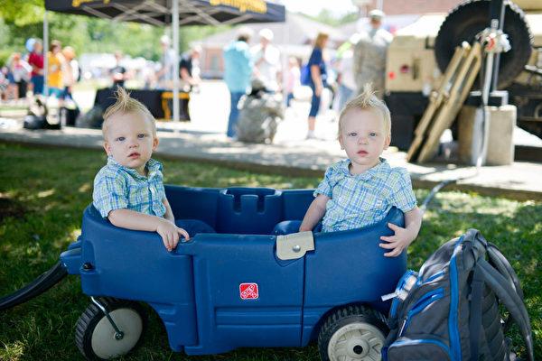 2017年8月5日,在美国特温斯堡举办的世界最大双胞胎聚会。 ( DUSTIN FRANZ/AFP/Getty Images)