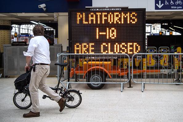 英国最繁忙的车站之一伦敦的滑铁卢(Waterloo)近日进行站台扩建,一到十号站台全部关闭,工程将在8月28日结束,估计耗资8亿镑。站台将被延长,可以停靠较长的列车。工程结束后,滑铁卢在每天上下班高峰时刻接待乘客的能力将增加30%。(Carl Court/Getty Images)