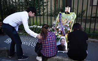 8月7日下午,旅法华人举行张朝林先生去世一周年的祭典。去年同一天,张先生遭三名不法青年袭击后送医不治去世。图为张朝林的妹妹(中)和太太(右)在张先生的遗像前哭泣。(PHILIPPE LOPEZ/AFP/Getty Images)