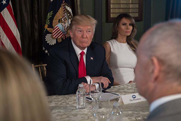 图:8月8日,川普总统和夫人在他的位于新州贝德敏斯特市(Bedminster)的高尔夫俱乐部举行的关于对抗毒品滥用的简报会上。(Nicholas Kamm/AFP/Getty Images)