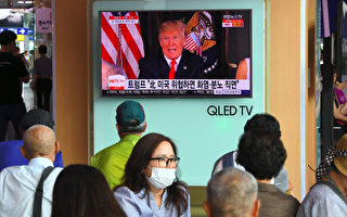 8月9日,韓國民眾在地鐵站收看電視節目,密切關注朝鮮威脅的事態發展。(JUNG YEON-JE/AFP/Getty Images)