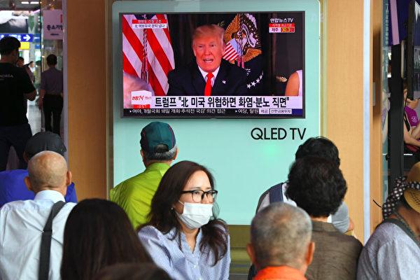 8月9日,韩国民众在地铁站收看电视节目,密切关注朝鲜威胁的事态发展。(JUNG YEON-JE/AFP/Getty Images)