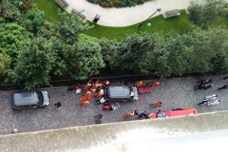 8月9日早上,巴黎近郊勒瓦盧瓦佩雷市發生一輛汽車衝撞反恐巡邏士兵的惡性事件,導致6人受傷,這是自2015年起針對士兵的第6起恐怖襲擊。圖為消防隊在現場救治傷員。 (THIERRY CHAPPE/AFP/Getty Images)