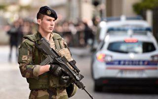 8月9日早上,巴黎近郊勒瓦卢瓦佩雷市发生一辆汽车冲撞反恐巡逻士兵的恶性事件,导致6人受伤,这是自2015年起针对士兵的第6起恐怖袭击。图为一名士兵在事发现场站岗。(STEPHANE DE SAKUTIN/AFP/Getty Images)