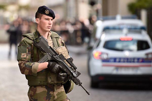 8月9日早上,巴黎近郊勒瓦盧瓦佩雷市發生一輛汽車衝撞反恐巡邏士兵的惡性事件,導致6人受傷,這是自2015年起針對士兵的第6起恐怖襲擊。圖為一名士兵在事發現場站崗。(STEPHANE DE SAKUTIN/AFP/Getty Images)