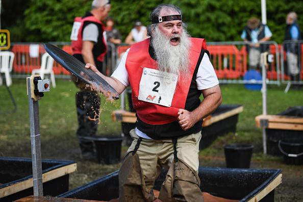 """""""我淘到金子了!""""8月7日至12日,苏格兰的Moffat举行国际淘金锦标赛。来自全世界15个国家的几百名职业和业余淘金者前来参加比赛。(Jeff J Mitchell/Getty Images)"""