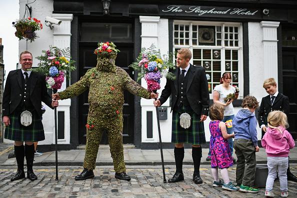 苏格兰奇怪的传统还真多。每年8月的第二个星期五,在South Queensferry小镇里,一个满身插满了牛蒡的人从镇里走过。据说,如果人们给他捐钱或者威士忌酒并且让他用吸管喝酒,镇子里的人就会得到好运。( Jeff J Mitchell/Getty Images)