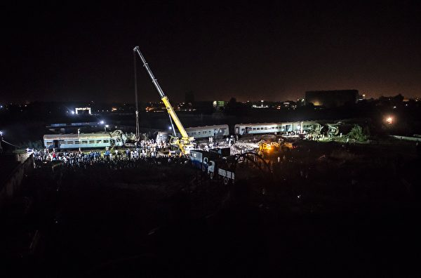 8月11日,埃及亚历山大都市区卫星城发生两火车相撞事故。图为救援现场。(KHALED DESOUKI/AFP/Getty Images)