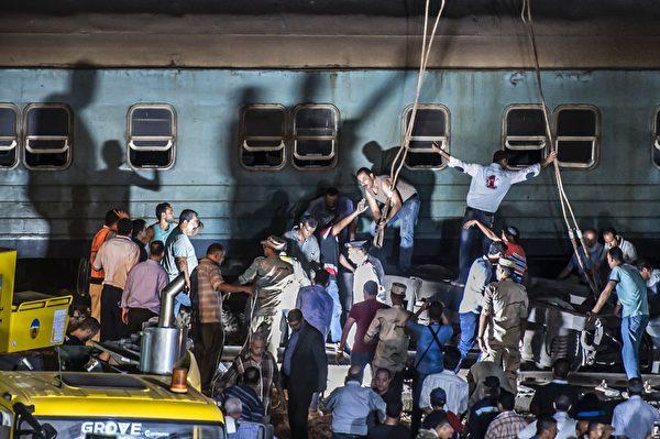 8月11日,埃及亞歷山大都市區衛星城發生兩火車相撞事故。圖為救援現場。(KHALED DESOUKI/AFP/Getty Images)
