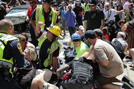 维州集会发生汽车撞人群,导致有人受伤。(Chip Somodevilla/Getty Images)