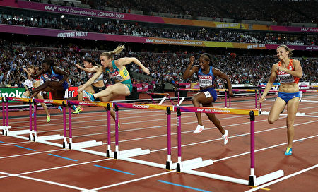 LONDON, ENGLAND - AUGUST 12:  Sally Pearson of Australia leads in the Women's 100 metres hurdles final during day nine of the 16th IAAF World Athletics Championships London 2017 at The London Stadium on August 12, 2017 in London, United Kingdom.  (Photo by Patrick Smith/Getty Images)