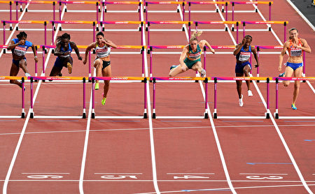 LONDON, ENGLAND - AUGUST 12:  Christina Manning of the United States; Dawn Harper Nelson of the United States; Pamela Dutkiewicz of Germany; Sally Pearson of Australia; Kendra Harrison of the United States and Nadine Visser of Netherlands in the Women's 100 metres hurdles final during day nine of the 16th IAAF World Athletics Championships London 2017 at The London Stadium on August 12, 2017 in London, United Kingdom.  (Photo by David Ramos/Getty Images)