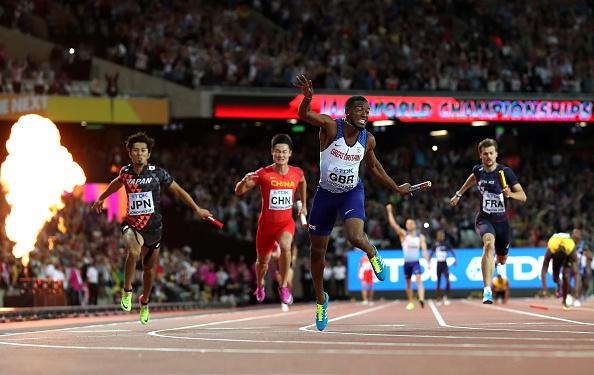 原本夺金希望比较大的牙买加队则因为博尔特腿部抽筋而没有得到奖牌。他疼得倒在地上,最后坐着轮椅下场。人们普遍感到很可惜,因为博尔特最后一次参加世锦赛,只得到了一枚铜牌。(Michael Steele/Getty Images)