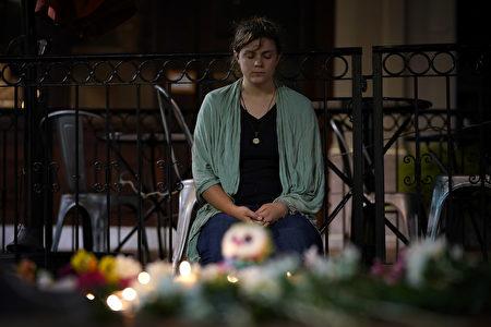 在8月12日,弗州集会暴力冲突的现场,一位青年女士正在悼念遇难者。(Win McNamee/Getty Images)