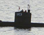 图为瑞典女记者金·沃尔(Kim Wall)和丹麦发明家马德森(Peter Madsen)在他的自制潜艇上。(PETER THOMPSON/AFP/Getty Images)