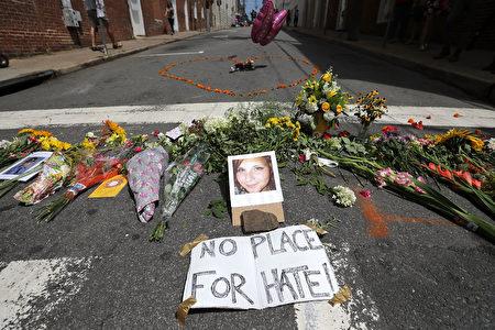 """8月12日,一名白人至上主义者在弗州夏洛特镇的""""团结右翼""""集会中驾驶汽车冲击抗议人群,造成32岁的希瑟.海尔(Heather Heyer)遇难,19人受伤。另有两名警员在执行任务时,不幸坠机殉职。(Chip Somodevilla/Getty Images)"""