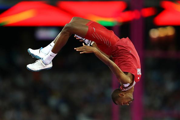 田径世锦赛都快变成体操比赛了。图为卡塔尔的一名选手参加男子跳高比赛。问题是,杆子哪里去了?(Richard Heathcote/Getty Images)