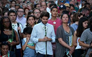 8月13日,在弗州夏洛特镇的集会暴力冲突悲剧发生后,当地民众自发上街悼念死者以及抗议暴力。  ( Win McNamee/Getty Images)