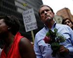 弗州集會暴力衝突反映美國長期的種族分裂裂痕,但誘發此事的導火線卻不是雕塑、是人。圖為8月13日,芝加哥人為8月12日弗州的遇難者舉行燭光守夜活動。(JOSHUA LOTT/AFP/Getty Images)
