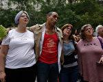 8月13日,在芝加哥,人们举办烛光守夜活动,悼念周六弗州的遇难者。(JOSHUA LOTT/AFP/Getty Images)