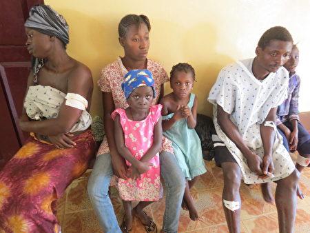 塞拉利昂首都發生嚴重的泥石流死傷慘重,受傷民眾一臉茫然,在醫院等待治療。 (SAIDU BAH/AFP/Getty Images)