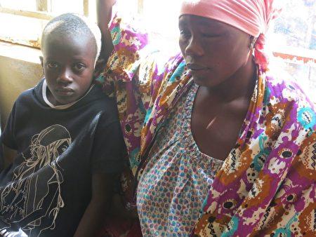 塞拉利昂首都發生嚴重的泥石流死傷慘重,受傷民眾一臉茫然,在醫院等待治療。 ( SAIDU BAH/AFP/Getty Images)