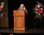 美国弗州暴力事件中遇难的希瑟‧海尔(Heather Heyer)的母亲苏珊·布罗(Susan Bro),周三(16日)在为她女儿举办的公众追思会上呼吁宽恕,消除仇恨。(Andrew Shurtleff-Pool/Getty Images)