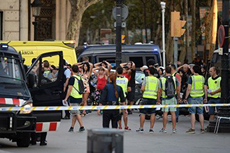 在西班牙巴塞罗那的市中心发生一起恐怖袭击。周四(8月17日)下午,一辆面包车冲入人群,造成至少13人死亡,50人受伤。(JOSEP LAGO/AFP/Getty Images)