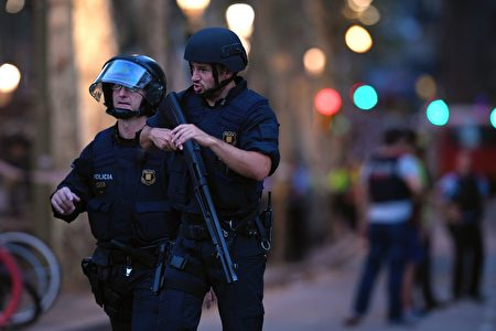 警方在事發地點巡邏。( LLUIS GENE/AFP/Getty Images)