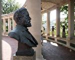 """在紐約布朗克斯社區學院的校園內,美國南北戰爭時期的南軍總司令羅伯特·李(將軍)的雕像被樹立在""""美國名人堂""""內。(Drew Angerer/Getty Images)"""