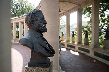 """在纽约布朗克斯社区学院的校园内,美国南北战争时期的南军总司令罗伯特·李(将军)的雕像被树立在""""美国名人堂""""内。(Drew Angerer/Getty Images)"""