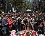 2017年8月18日,西班牙巴赛罗那举行为连续恐怖攻击的受害者默哀的仪式,民众纷纷走上攻击现场献花致意。(Carl Court/Getty Images)