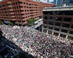 週六(8月19日),美國馬薩諸塞州波士頓爆發上萬人參加的反對種族主義行徑的遊行示威,有民眾與警方發生肢體衝突,但沒有人受重傷。(Scott Eisen/Getty Images)