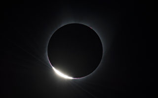 俄勒冈州Madras市日全食后出现的钻戒。(Diamond Ring)。(Aubrey Gemignani/NASA via Getty Images)