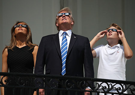 川普、第一夫人、巴伦观看日全食。(Mark Wilson/Getty Images)