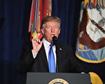 周一(21日)晚,美国总统川普(特朗普)在弗吉尼亚州阿灵顿迈尔堡(Fort Myer)军事基地,就美国对阿富汗和南亚的最新战略发表全国讲话。(Mark Wilson/Getty Images)