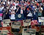 美国总统川普(特朗普)周二(22日)晚上参加在亚利桑那州首府凤凰城的集会活动,并针对国内外局势发表演说。(Ralph Freso/Getty Images)