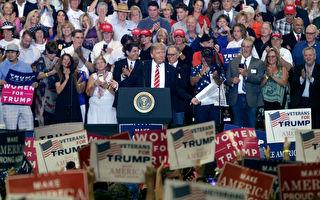 美國總統川普(特朗普)週二(22日)晚上參加在亞利桑那州首府鳳凰城的集會活動,並針對國內外局勢發表演說。(Ralph Freso/Getty Images)