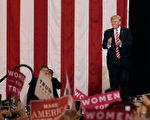 美国总统川普周二(8月22日)说,他怀疑美国可以就重新谈判北美自由贸易协定达成协议。图为川普参加亚利桑那州的集会。(Ralph Freso/Getty Images)